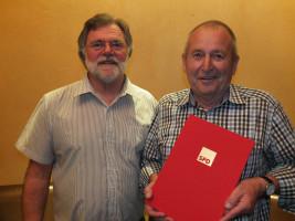 Herbert Mooser erhält die goldene Ehrennadel und die Urkunde für 50 Jahre SPD-Mitgliedschaft